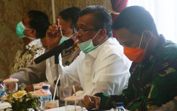 Bupati Solok H. Gusmal saat rapat koordinasi bersama tim gugus tugas penanganan Corona Kab. Solok di Arosuka