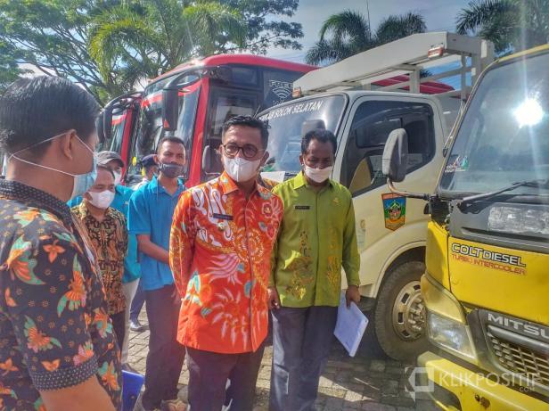 Bupati Solok Selatan Khairunas melakukan cek fisik Kendaraan Dinas dihalaman Kantor Bupati Padang Aro, 3 Juni