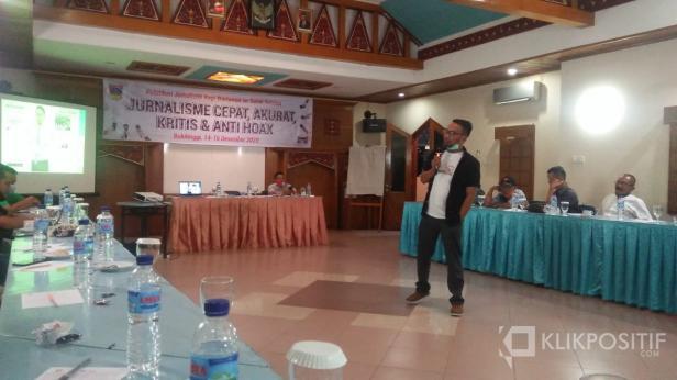 Komisioner KI Sumbar Tanti Endang Lestari memberikan Materi didampingi Kabag Humas Pemkab Solsel Firdaus firman
