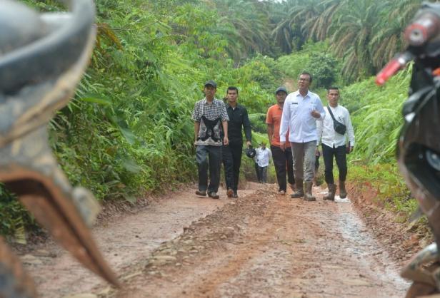 Tidak bisa dilalui kendaraan Plt Bupati Solsel Abdul Rahman Jalan kaki menemui korban banjir Di Nagari Talao Sungai kunyit