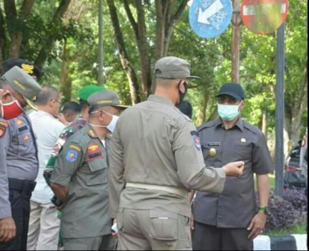 Pjs Bupati Tanah Datar Erman Rahman mencek penerapan pemakaian masker di kalangan ASN