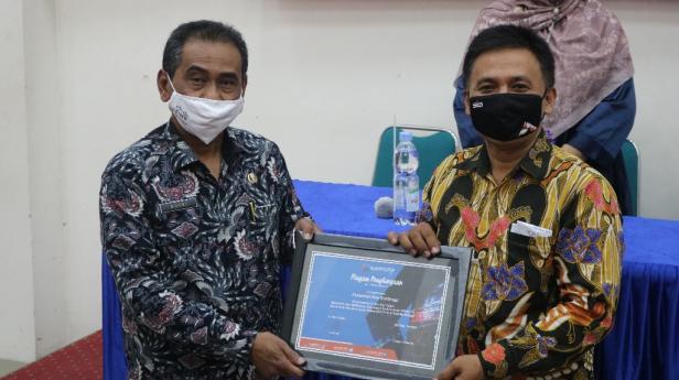 Award diterima oleh Kadis Kominfo Novri
