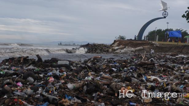 Sampah di Pantai Padang (dokumentasi klikpositif.com)