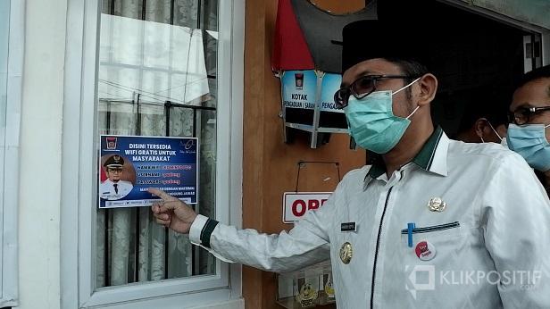 Wali Kota Padang, Hendri Septa menunjuk stiker ID dan pasword wifi yang ada di Kantor Lurah Belakang Tangsi
