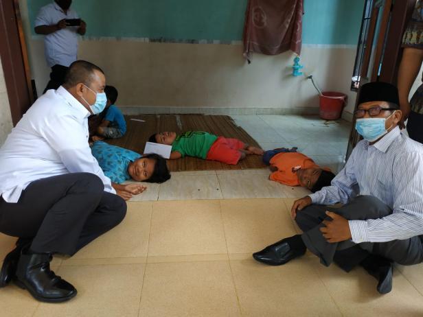 Plt Walikota Pariaman saat menjenguk anak Azwardi