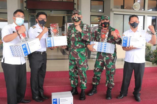 Penyerahan bantuan rendang dari Pemko Payakumbuh kepada prajurit TNI Batalyon 131/Brs yang bertugas di perbatasan RI-Papua Nugini.