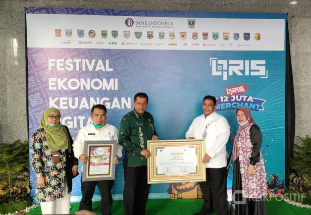 Asisten II Elzadaswarman bersama Kepala Bank Nagari Cabang Payakumbuh Havid Dauli  saat menerima penghargaan dari Bank Indonesia Provinsi Sumatera Barat.