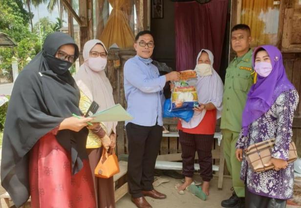 Asisten Ekbang Kesra, Jefrizal menyerahkan bantuan kepada warga yang berhak menerima.