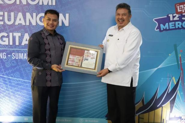 Wako Solok, H. Zul Elfian menerima penghargaan TP2DD dari kepala perwakilan BI Sumatra Barat