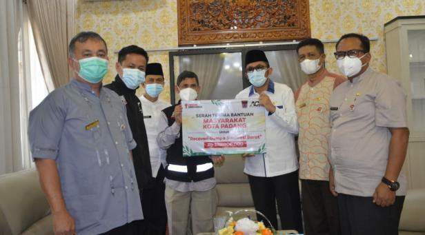 Penyerahan bantuan secara simbolis oleh Walik Kota Padang Hendri Septa kepada Kepala Cabang Aksi Cepat Tanggap (ACT) Sumatera Barat (Sumbar) Zeng Welf di Rumah Dinas Wali Kota Padang, Senin (19/4/2021).