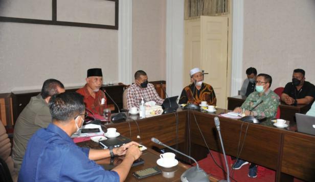 Rapat Koordinasi Pemprov Sumbar, Pemkab Pasbar bersama Polda Sumbar dan Pemkab Pasaman Barat di Padang, Sabtu (10/7) malam