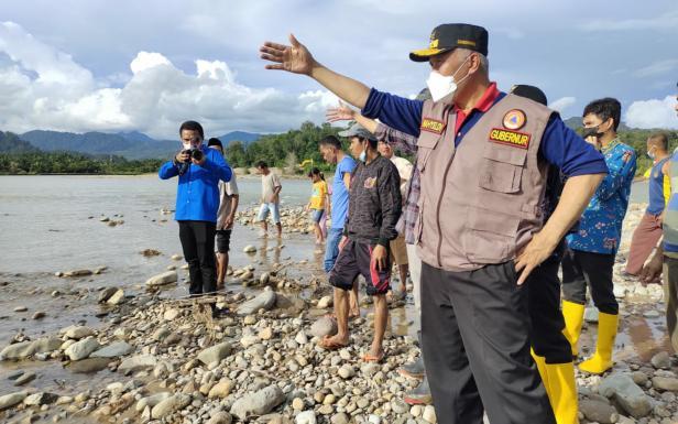 Gubernur Sumbar Mahyeldi Ansharullah saat meninjau Batang Tapan