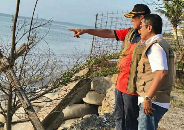 Kepala Badan Nasional Penanggulangan Bencana (BNPB) Doni Monardo dan Kalaksa BPBD Sumbar Erman Rahman saat meninjau abrasi pantai di Kota Padang