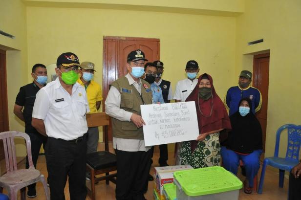 Nasrul Abit menyerahkan bantuan untuk korban kebakaran di Maninjau
