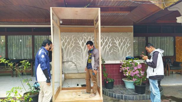 Mora Afdal menjelaskan sistem kerja bilik disinfektan yang dirancangnya