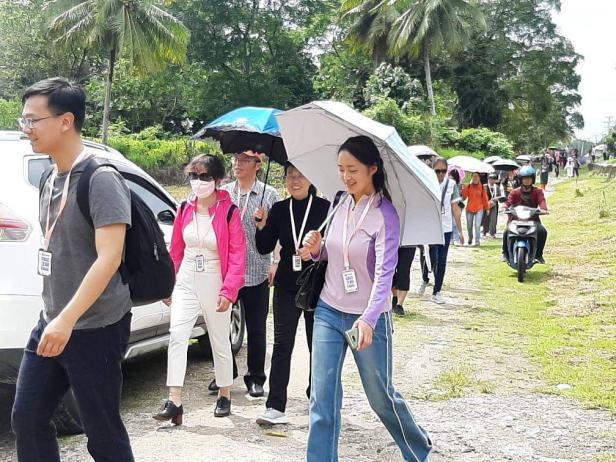 Wisatawan China melihat Sekolah Tinggi Ilmu Baruak di Pariaman