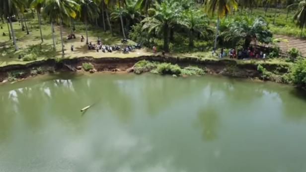 Suasana warga penasaran menyaksikan penampakan buaya di sungai Nagari Kambang Barat Pessel