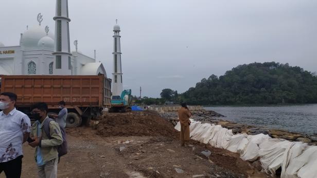 Proyek Abrasi Masjid Al Hakim Pantai Padang
