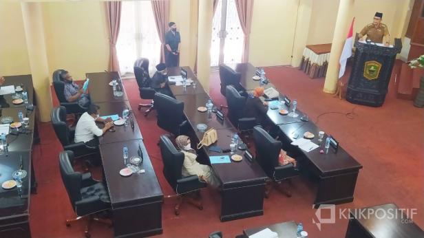 Bupati Solok, Epyardi Asda menjawab pandangan fraksi DPRD Kabupaten Solok