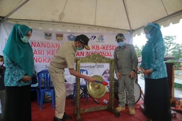 Gubernur Sumbar Irwan Prayitno didampingi Pjs Bupati Solsel Jasman Rizal memukul Gong menandai pencanangan KKG PKK KB-Kesehatan di HWB Solsel