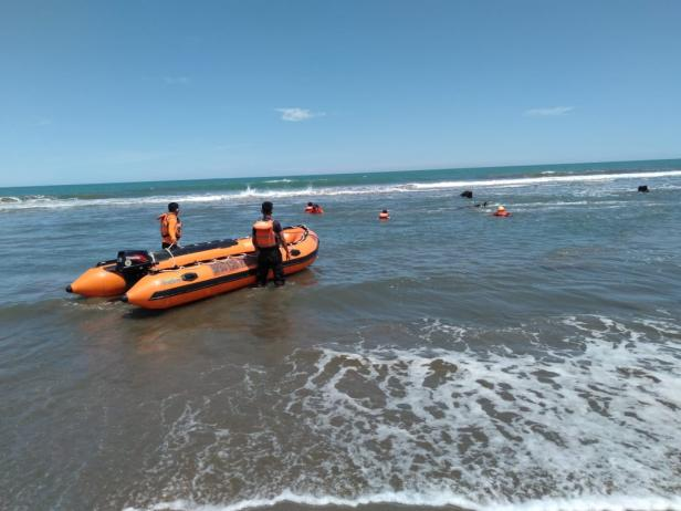 Evakuasi korban di Pantai Tiram Pariaman