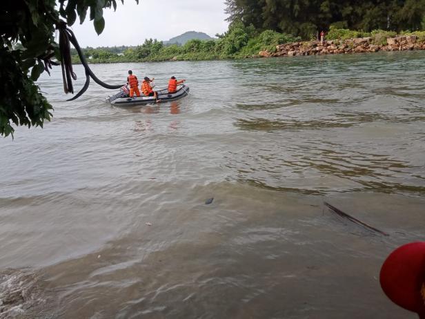 Tim Basarnas dan BPBD lakukan penyisiran pencarian nelayan di Surantih Pessel