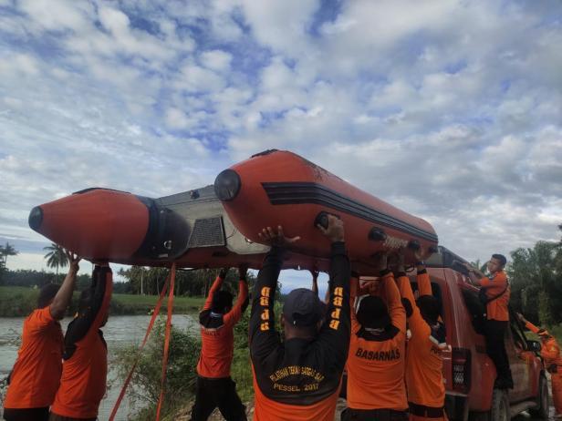Proses pencarian korban hanyut di Lubuk Betung-Airpura Pessel