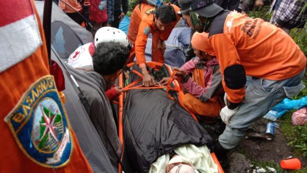 Evakuasi pendaki yang jatuh di cadas Gunung Marapi