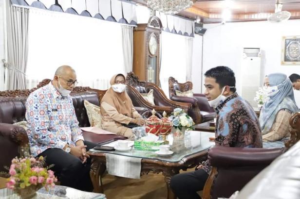 Wakil Wali Kota Solok, Dr. Ramadhani Kirana Putra dan ketua GOW, Ny. Dona Ramadhani menerima tim PK 2021
