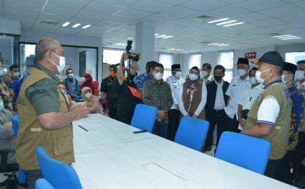 Kunjungan Ketua Komis VIII DPR RI Yandri Susanto didampingi Gubernur Sumbar Mahyeldi Ansharullah ke Balai Besar Logistik dan Peralatan BNPB di Padang