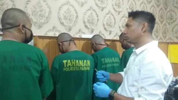 Otak Pelaku Pencongkel ATM M (25) Saat Diinterograsi Kasatreskrim Polresta Padang Kompol Rico Fernanda