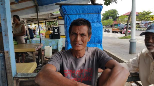 Syamsul Bahri (50) nelayan Padang sebelum berangkat melaut