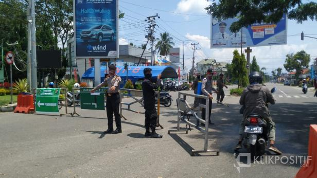 Pengalihan arus lalu lintas dilakukan di salah satu pintu masuk ke Kota Payakumbuh.