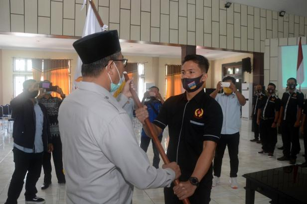 Plt Bupati Solsel Abdul Rahman menyerahkan Pataka ke Ketua Koni Solsel Rengga Husyada
