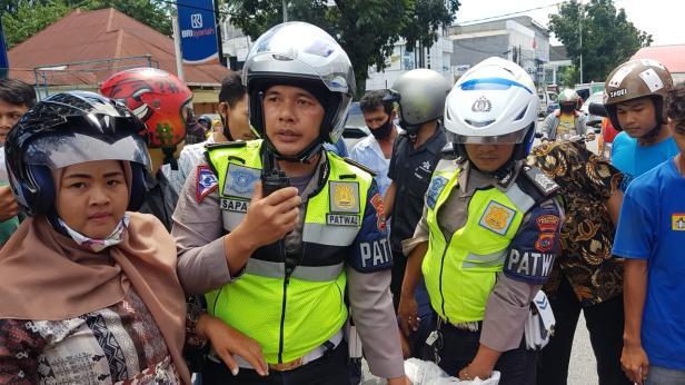 Personel Satlantas Polresta Padang Saat Mengambil Pelaku Jambret Ditengah Massa