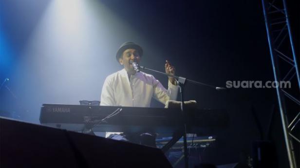 Glenn Fredly main piano sambil bernyanyi di pesta perilisan album barunya berjudul