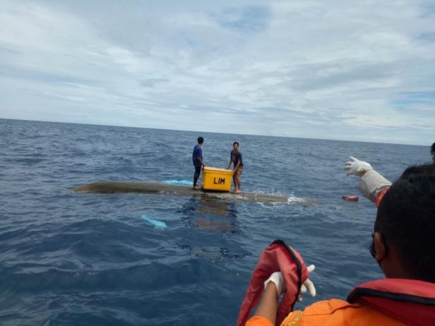 Nelayan Mentawai Saat Bertahan di Perahu Terbalik