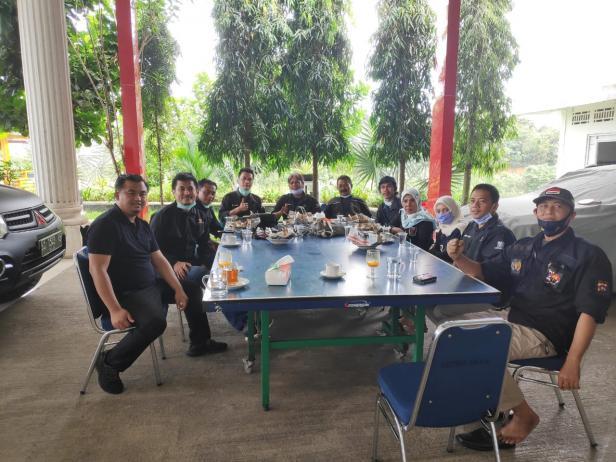 Bupati Dharmasraya Sutan Riska Tuanku Kerajaan sharing informasi bersama anggota Forum Jurnalistik Independen Dharmasraya (FORJID).