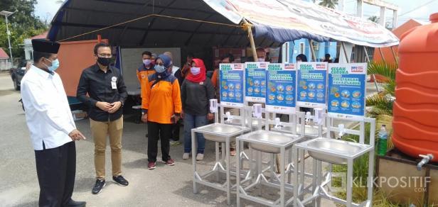Pemimpin BRI Cabang Payakumbuh serahkan 15 unit Westafel portable kepada Bupati Irfendi Arbi sebagai Ketua Tim Gugus Penanganan COVID-19 Lima Puluh Kota
