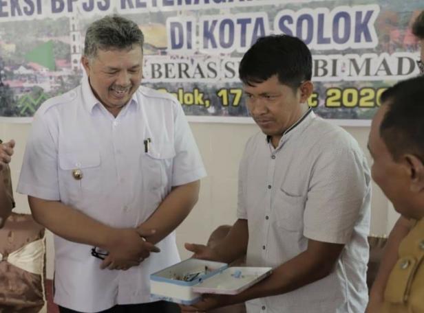 Wako Solok, Zul Elfian menyerahkan celengan Gebuk Sakuku pada petugas KP3K kelurahan