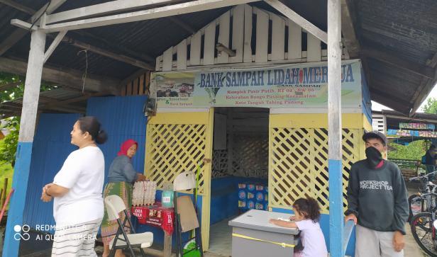 Aktivitas di Bank Sampah Lidah Mertua Bungo Pasang