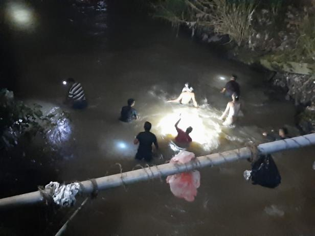 Warga dan tim saat melakukan pencarian korban di areal sungai di Nagari Kotobaru, Solok