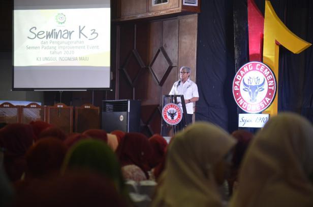Direktur Operasi PT Semen Padang Firdaus menyampaikan sambutan pada  Seminar K3 yang dilaksanakan di GSG Semen Padang, Senin (10/2/2020).