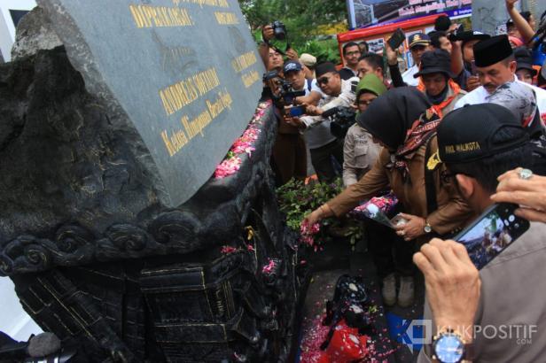Masyarakat melakukan tabur bunga pada peringatan G30S ke-10. Dokumentasi klikpositif