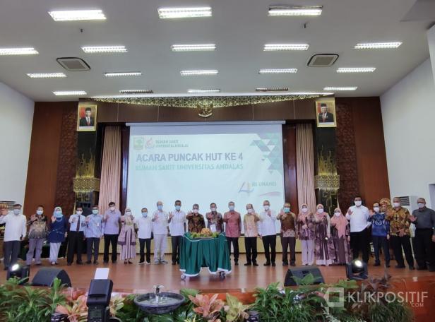 Foto bersama pada kegiatan peringatan Ulang Tahun ke-4 RS Universitas Andalas, Senin (29/3)