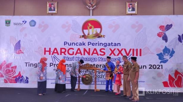 Gubernur Sumbar Mahyeldi Sumbar memukul gong tanda dibukanya peringatan Harganas ke-28 tahun 2021 di Sumbar, Selasa, 29 Juni 2021