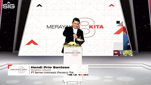 Direktur Utama SIG, Hendi Prio Santoso memotong tumpeng dalam rangka memperingati Hari Ulang Tahun (HUT) ke-8, PT Semen Indonesia (Persero) Tbk (SIG)