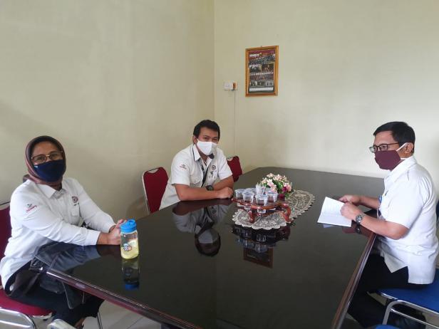 Ketua Panitia Lomba Cipta Poster dan Puisi Satrio (tengah) saat berdiskusi dengan Kabid Pencegahan dan Pemberdayaan Masyarakat (P2M) BNN Sumbar Kusrianto di Kantor BNN Sumbar, baru-baru ini.