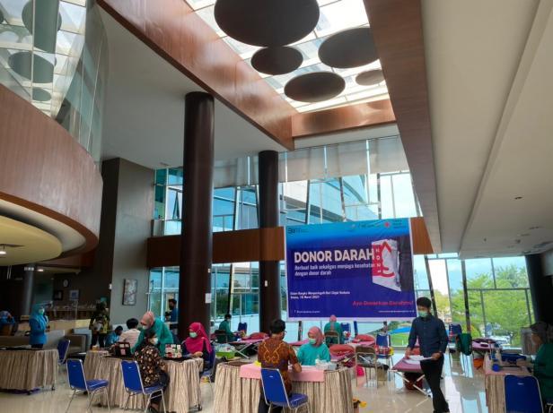 Semen Padang Hospital (SPH) melakukan kegiatan Donor Darah di lobi SPH lantai 1, Selasa, 16 Maret 2021.