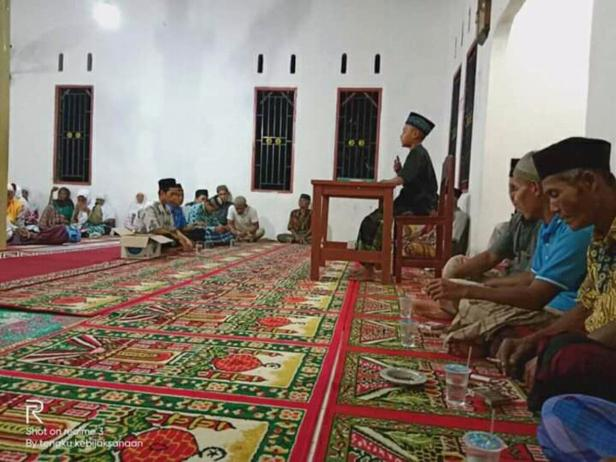 Sela kegiatan zikir dan salawatan para guru dan murid Ponpes MTI Ashabul Kahfi di Pessel